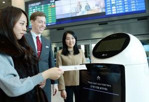 LG CNS가 인천국제공항 입출국장에 지능형 로봇 14대 제작 및 로봇 관제 시스템을 구축했다
