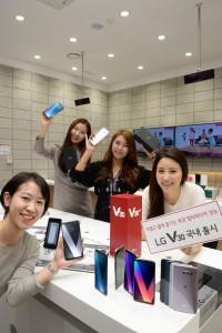 LG전자가 21일 얇고 가벼운 프리미엄 디자인에 누구나 쉽게 쓸 수 있는 전문가급 멀티미디어 성능을 갖춘 LG V30를 국내 출시한다