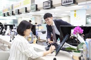 KB국민은행이 23일부터 3개 영업점에서 디지털 창구를 시범운영한다
