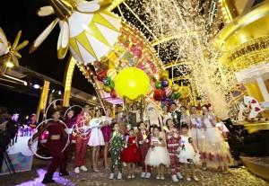 방문객들은 가족, 친구들과 함께 길이 20m, 높이는 7m 이상인 대형 산타 비행선에 탑승할 수 있다