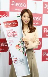 플레시아가 17일 롯데마트 청량리점 5층에서 모델 박신혜와 함께하는 팬사인회를 성황리에 진행했다