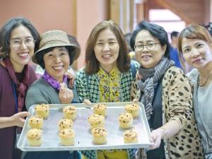 3회 홍성 문당마을에서 유기농 쌀로 빵을 만들어 보이는 홍성지역 학교 교장, 교감
