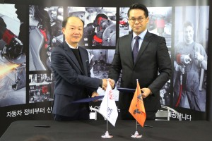 시카고 뉴매틱 코리아 서동현 상무(왼쪽)와 CJ E&M 모터스포츠 팀의 이정웅 감독(오른쪽)이 정비 공구 후원 계약서 체결 후 기념 촬영을 하고 있다