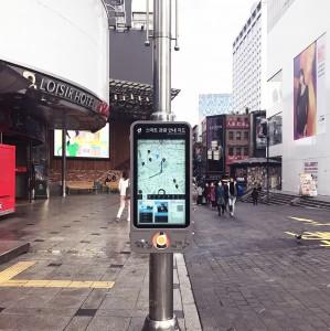 명동역 6번 출구 앞에 설치된 IoT 스마트 안내판