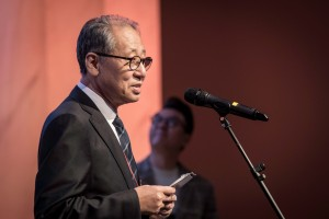 2017 인생나눔축제에서 한국문화예술위원회 황현산 위원장이 축사를 하고 있다
