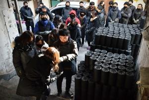 한국교직원공제회가 12일 서울 성북구 하월곡동 일대에서 사랑의 연탄나눔 봉사활동을 펼쳤다