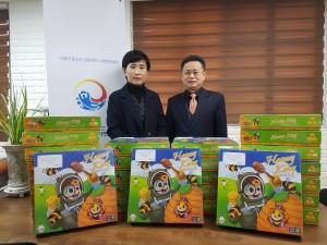 조이앤에듀가 한국지역아동센터연합회에 보드게임 허니킹을 전달하고 있다