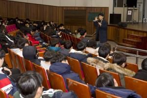 국립평창청소년수련원 대강당에서 구글 김태원 상무가 고3 청소년들을 대상으로 특강을 진행하고 있다