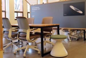 시디즈가 청년 등 다양한 시민들의 사회혁신 플랫폼인 서울혁신파크에 인체공학적 디자인의 의자와 공간 리노베이션을 제공했다