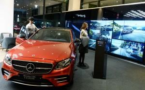 LG전자가 글로벌 자동차 브랜드 메르세데스-벤츠 전시장에 디지털 사이니지를 공급했다