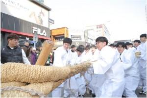 성화봉송단은 당진을 찾아 지역 대표 문화유산인 기지시줄다리기를 활용한 이색봉송 퍼포먼스를 펼쳤다