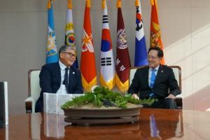송영무 국방부 장관(오른쪽)이 글로본 한상호 회장(왼쪽)으로부터 RUE 마스크팩을 위문품을 전달 받은 후 환담을 나누고 있다