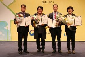 한국주거복지 수상자들이 기념 촬영을 하고 있다