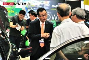 차량 튜닝 전문기업 로가 장애인고용공단의 LPG 자동차 도넛 용기 교체 무상 지원 사업에 선정됐다. 사진은 고객에게 자사 제품의 특징을 설명하고 있는 박봉수 대표
