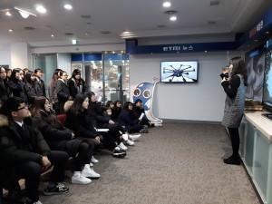 충주 서원고등학교 40여명의 학생들이 한국전자통신연구원 정보통신 체험관을 견학하고 있다