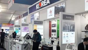 제이와이커스텀이 2018 국제전자박람회의 한국관에 마련된 부스에서 전시회 준비를 하고 있다