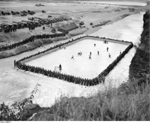 주한 캐나다대사관이 2018 임진클래식 하키 경기를 개최한다. 사진은 임진 가든 가설 링크에서 캐나다보병 제26여단의 아이스하키 결승전 경기를 관람하고 있는 400여명의 관중
