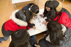 국립평창청소년수련원 2018년 둥근세상만들기 캠프에 참가한 청소년들이 추적 60분 프로그램에서 조별 미션을 해결하고 있다