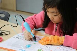 에일리언테크놀로지아시아가 뉴펜톡 3D펜을 2018 교육박람회에서 선보인다. 사진은 뉴펜톡 3D펜으로 본인의 이니셜브로치를 만들고 있는 초등학생의 겨울방학 특강 수업 모습
