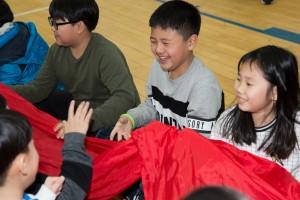 국립중앙청소년수련원 행복공감캠프에 참가한 청소년들이 천 놀이 프로그램을 하며 즐거워하고 있다