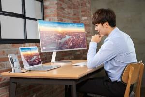삼성전자가 CES 2018에서 인텔의 차세대 데이터 전송 규격인 썬더볼트3를 지원하는 QLED 커브드 모니터 CJ791을 공개한다