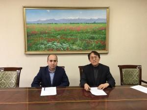 마늘랩CFO 위성학(오른쪽)과 알로카은행 마하모프 이사(왼쪽)가 의정서에 서명하고 있다