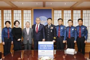 이철성 경찰청장과 한상호 회장을 비롯한 관계자들이 위문품 기증 후 기념 사진을 촬영하고 있다