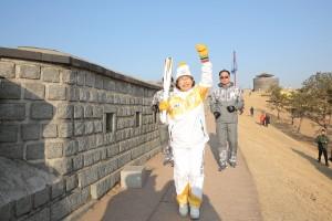 수도권 찾은 2018 평창 성화가 수원서 봉송 스타트에 돌입했다