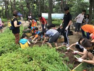 전주 삼청그린근린공원 내 플랜트 꽃밭 만들기에 참여하고 있는 지역 어린이들