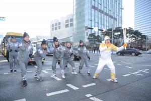 2018 평창 동계올림픽을 밝힐 성화가 10일 인천 곳곳을 밝혔다