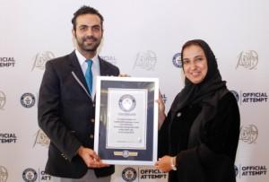 자예드 미래 에너지상의 나왈 알-호사니 박사가 세계 최대 환경 지속가능성 관련 강의로 기네스 세계 기록의 인증서를 수령했다