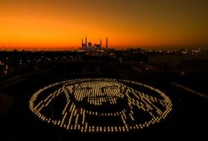 학생들이 셰이크 자예드를 기리기 위해 태양광 랜턴 2400개로 자예드의 이미지를 형상화  한 조명 시설을 조립했다