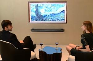 LG전자가 18일 문을 여는 인천공항 제2여객터미널 곳곳에 LG 올레드 TV를 설치했다