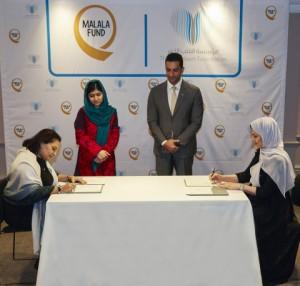 셰이크 술탄 빈 아흐메드 알 카시미와 말랄라 유사프자이가 빅하트재단과 말랄라 기금의 계약체결을 참관하고 있다