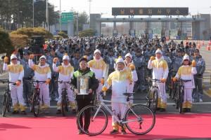 2018 평창 동계올림픽 성화가 19일 파주에서 자전거를 활용한 봉송을 진행하며 한반도와 전 세계의 평화를 기원했다