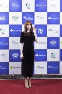 제1회 청소년 모바일 영화제 시상식에 참석한 배우 윤은혜가 행사 시작 전 포토월에서 기념 사진을 촬영하고 있다