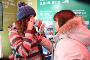 일산사과나무치과병원이 평창 동계올림픽 의료관광 홍보관에 참가했다. 사진은 일산사과나무치과병원이 각국의 선수단과 방문객을 대상으로 선진 의료시스템 소개와 치아 세균검사를 무료로 실시하고 있다