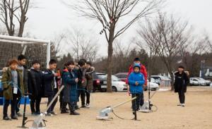 국립중앙청소년수련원 아동복지시설캠프에 참가한 청소년들이 직접 만든 에어로켓을 날리고 있다