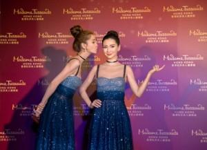 마담투소홍콩은 안젤라베이비를 초대해 세계 최초로 그녀의 밀랍 인형을 공개하는 행사를 가졌다. 사진은 안젤라베이비(왼쪽)가 패션존에 참석한 모습