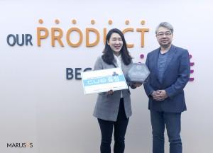 마르시스가 원더리그 참여 코치 대상 코딩 로봇 큐 증정식을 개최했다. 사진은 마르시스 대표와 원더리그에 참가하는 김유현 코치