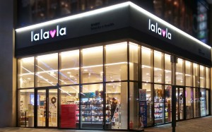 GS리테일이 새로운 H&B 스토어 브랜드 lalavla를 공개했다