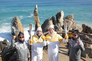 2018 평창 동계올림픽 성화가 6일 푸른 겨울 바다를 자랑하는 동해시를 밝히며 봉송을 성공적으로 마쳤다