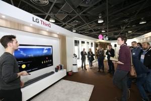 현지 거래선 관계자들이 인공지능 기술이 적용된 올레드 TV의 음성인식 기능에 대한 설명을 듣고 있다