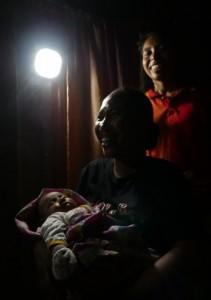태양광 랜턴이 인도네시아 조산사 협회에 기증되어 밤에도 밝은 조명 속에서 아기들이 태어날 수 있게 되었다