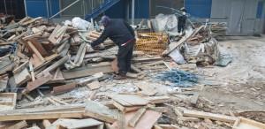 한국목재재활용협회가 폐목재 재활용 사업자 업계 간담회를 개최했다. 사진은 재활용공장에 입고된 폐목재 내 추가로 선별해야 하는 가연성폐기물