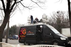 SK텔레콤 Network기술원 연구원들이 분당구청 잔디광장에 이동형 5G 인프라를 설치하고 가상화 플랫폼으로 소프트웨어를 변경하며 5G 성능을 최적화하고 있다