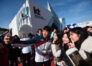 대한민국 루지 국가대표 임남규 선수가 설 연휴 기간 강릉 KT 홍보관 5G 커넥티드를 방문한 관람객들과 기념촬영을 하고 있다