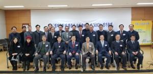 한국사회안전범죄정보학회가 개최한 범죄학과 타 학문의 융합 세미나 참석자들이 기념 사진을 촬영하고 있다