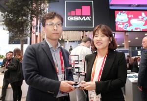 SK텔레콤 최낙훈 IoT사업지원그룹장(왼쪽)과 유라이크코리아 김희진 대표이사가 GSMA 글로벌 모바일 어워즈에서 기업용 모바일 서비스 혁신상을 받고 기념 촬영을 하고 있다