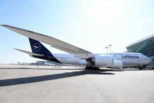 새로운 항공기 도장이 적용된 루프트한자의 보잉 747-8
